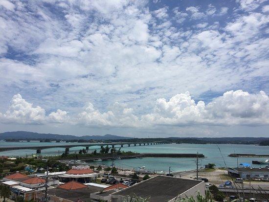 Nakijin-son, Japón: 島に渡った丘の上からの景色