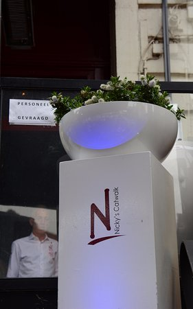 Nicky's Catwalk : Witte zuil met het logo van het restaurant