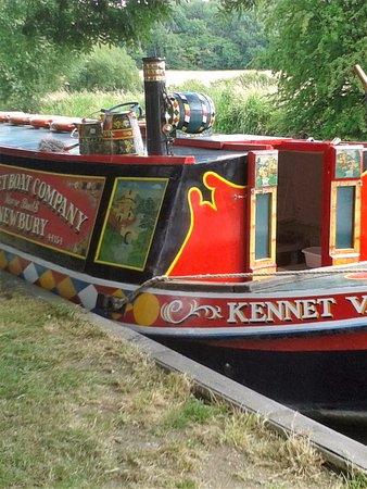 Kintbury, UK: Lovely colourful barge
