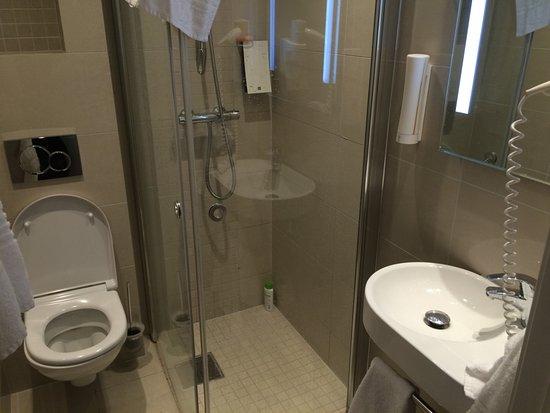 Saga Hotel Oslo: Compact bathroom