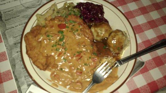 Hudson, Ουισκόνσιν: Paprika Schnitzel with Red Kraut and Bread Dumplings (Semmel Knoedel)
