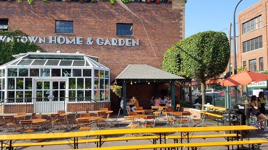 Bill's Beer Garden: Seating area