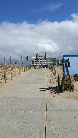 Beach Hotel Noordwijk: Het hotel vanaf het strand