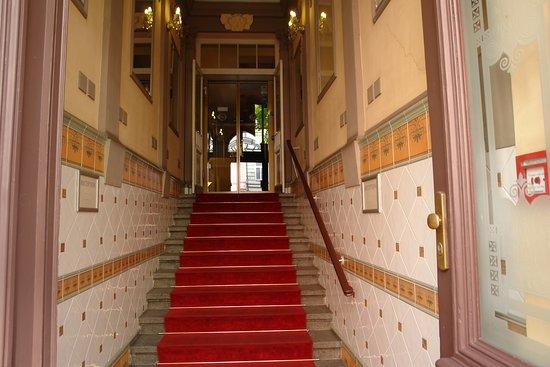 Hotel Raffaello: Towards the main door