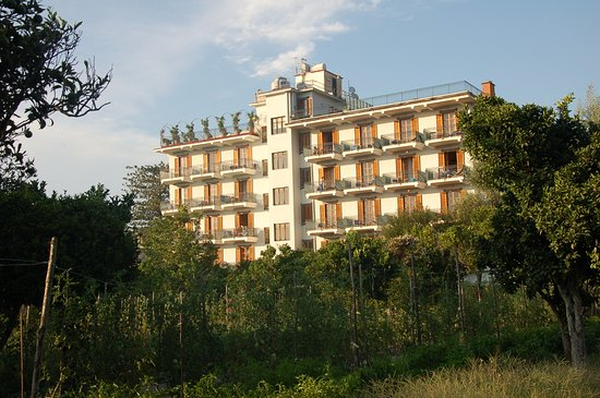 Majestic Palace Hotel: The hotel from the garden in the evening