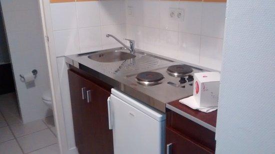 La Roche-Posay, Francia: cuisine : frigo,petit lave vaisselle, micro onde, plaques electriques
