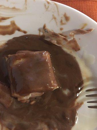 São Leopoldo, RS: Vejam que maravilha encontrar um baita plástico no meio da cobertura do chocolate duma panqueca