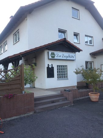 Hütschenhausen, Deutschland: The restaurant is in a sport area. Looks like a great tennis court and soccer field. There is pl