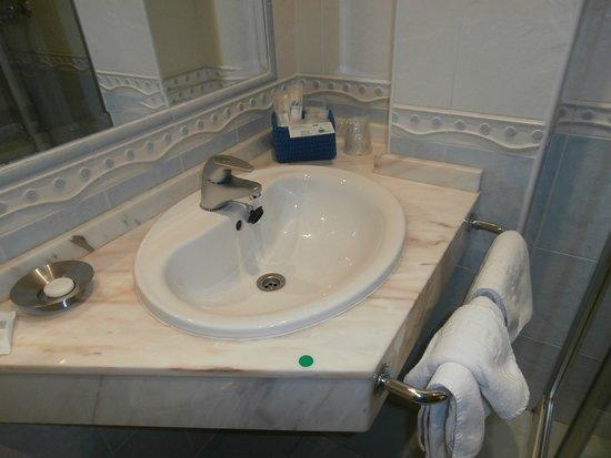 Villa Mencia: Baño equipado con todo lo necesario