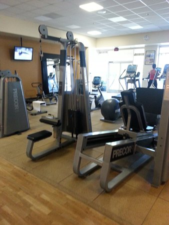 DoubleTree by Hilton Hotel San Diego - Mission Valley: Gym near the pools