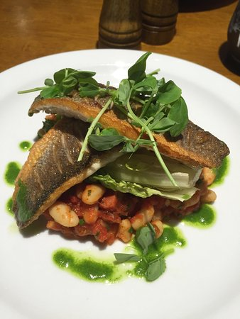 Markington, UK: We had a wonderful Lunch at this village pub, main course was Seabass with a Cassoulet, followed