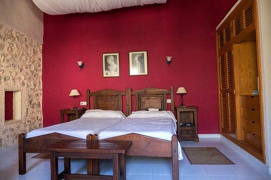 Petit Hotel Rural Son Jorda : Onze kamer. Zie ook de leuke stenen muur links. Grote kast voor kleding