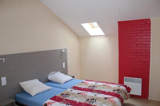 Chambre avec salle de bain photo de vvf villages collonges la rouge collonges la rouge - Chambre d hotes collonges la rouge ...