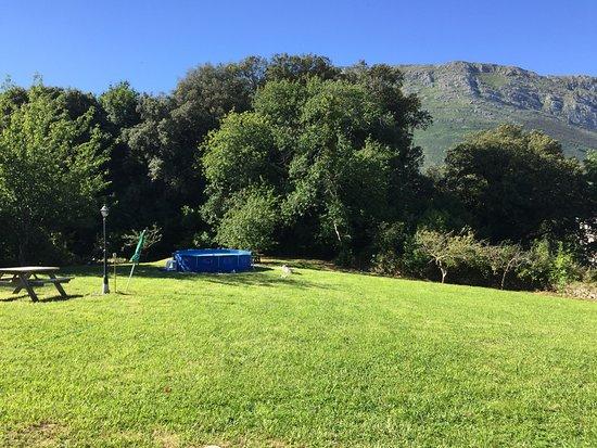 Posada de Llanes, Spanje: Jardin y piscina