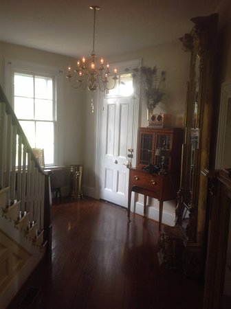 Fairview Bed and Breakfast Estate: Grand entryway/hallway of the house.