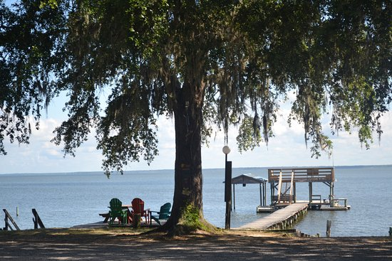 Bay Breeze RV Park: Campground view of the beach / bay area