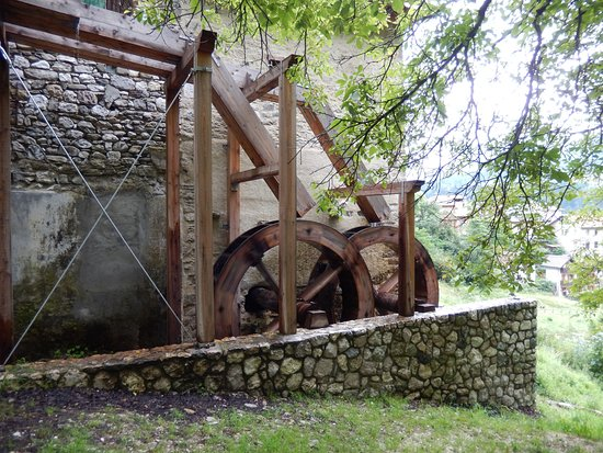 Lozzo di Cadore, Italie : La roggia dei mulini