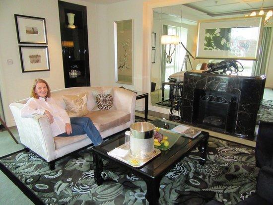 The Peninsula Shanghai: Room 516 Living Room