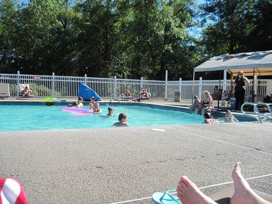Chehalis RV & Camping Resort: Lounging around the family pool watching all the kiddos playing.