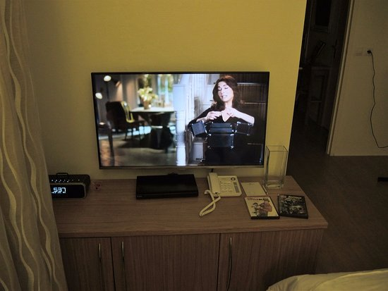 Royal Regency: Television in living/dining room