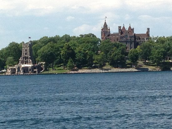 Capt. Thomson's Resort : Daytime view of Boldt Castle/Heart Island from our balcony