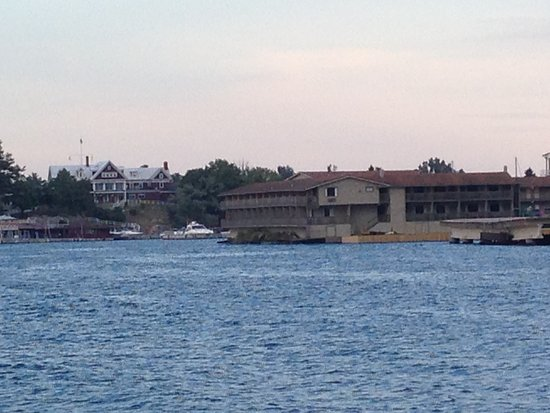 Capt. Thomson's Resort : view of the hotel from the water