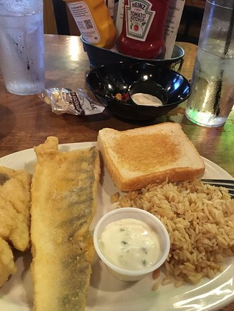 Ottawa Beach Inn : Walleye with Rice Pilaf and garlic toast