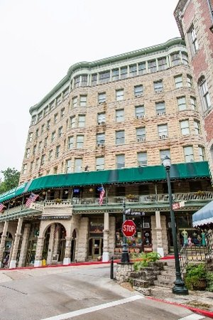 1905 Basin Park Hotel: Downtown Eureka Springs