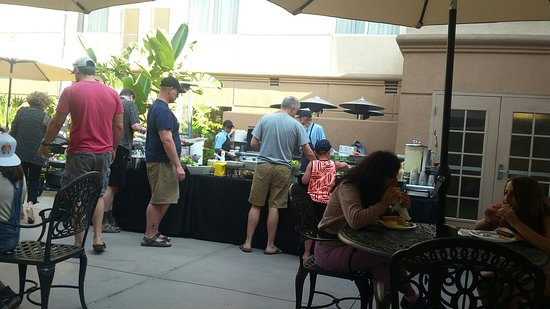 Homewood Suites by Hilton San Diego-Del Mar: Dinner by the pool. Bugers, hot dogs, salad, beer, wine, tea and lemonade.