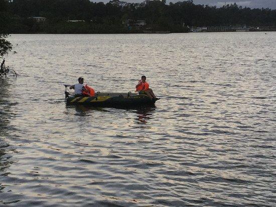 Lami, Φίτζι: Kids Fishing In The Bay