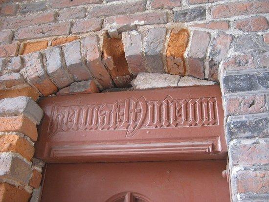 Бартошиц, Польша: готическая надпись у входа