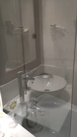 Residhome Courbevoie la Défense : Our shower, you're seeing the sink reflected on the glass.