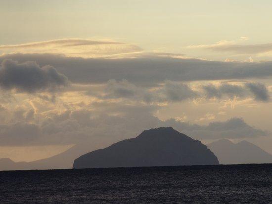 Montserrat: vue de l'ile de la redonde depuis la plage