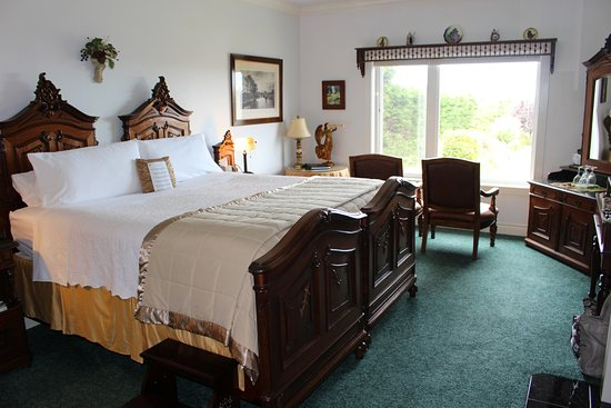 Sea Cliff Gardens Bed & Breakfast: King Ludwig's Chamber