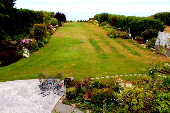 Sea Cliff Gardens Bed & Breakfast: View of garden from our 2nd-story room.