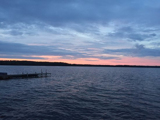 Timber Trail Lodge and Outfitter: Sunset from our dock