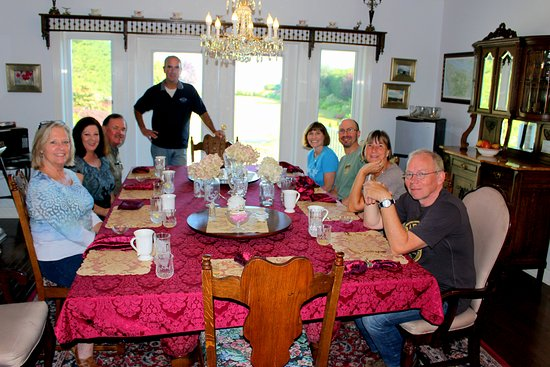 Sea Cliff Gardens Bed & Breakfast: Our group at the breakfast table.
