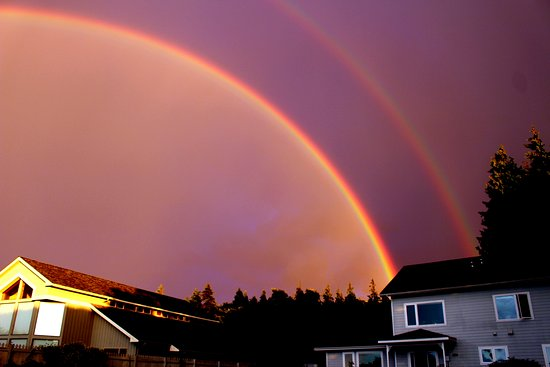 Sea Cliff Gardens Bed & Breakfast: Double rainbow during thunderstorm at sunset.
