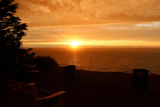 Sea Cliff Gardens Bed & Breakfast: Sunset on the bluff.