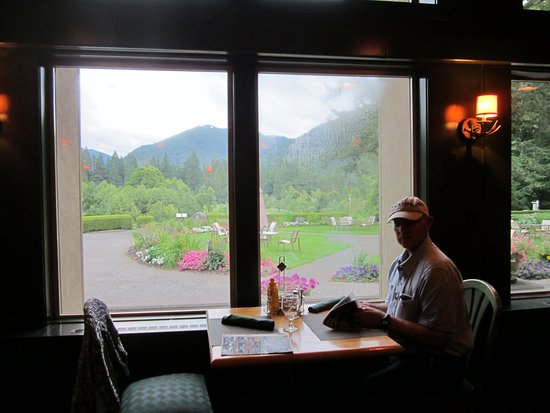 mallards cafe & pub : Nice views while dining