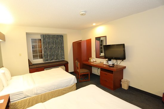 Microtel Inn & Suites by Wyndham Bossier City: TV / Desk area