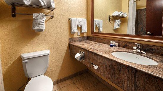 Best Western Mainland Inn & Suites: Guest Bathroom