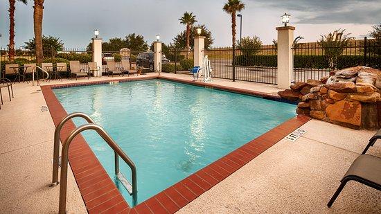 Best Western Mainland Inn & Suites: Outdoor Swimming Pool