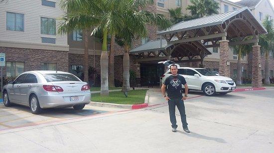 Staybridge Suites McAllen: Vista frontal del hotel