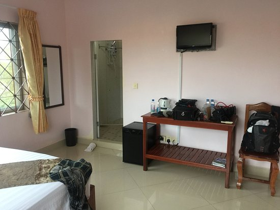 Kampot Riverside Hotel: Small TV,fridge,Tea & Coffee & water