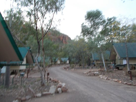 Emma Gorge Resort: A view up the path showing the accommodation
