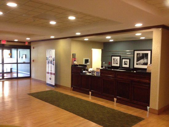 Hampton Inn Newport News-Yorktown: Front lobby....