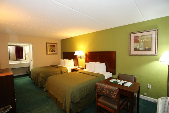 Selma, Carolina do Norte: Double bed room. Table seen as well.