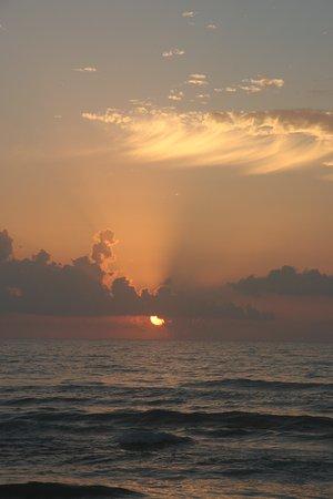Seabreeze Beach Resort: Sunrise