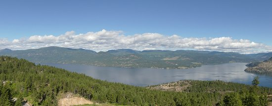 Vernon, Kanada: Panorama of northern part of Lake Okanagan taken from our Superior room on the 2nd floor.